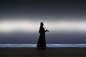 Nathanaels Vater schreitet über die Bühne © Lucie Jansch