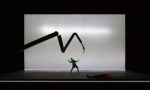 Nathanaels Wahnsinn wird durch grünes Scheinwerferlicht visuell signalisiert. Das Thema der Auto-maten und Maschinen wird durch den mechanischen Arm sowie das Einspielen des Geräuschs eines Zahnarztboh-rers aufgegriffen © Lucie Jansch