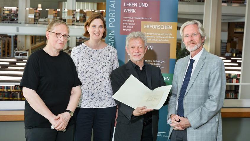 Übergabe des Briefes (v.links) Jörg Petzel, (Vizepräsident der E.T.A. Hoffmann-Gesellschaft), Ursula Jäcker, Dr. Dr. Bernd Hesse, Prof. Dr. Everardus Overgauuw